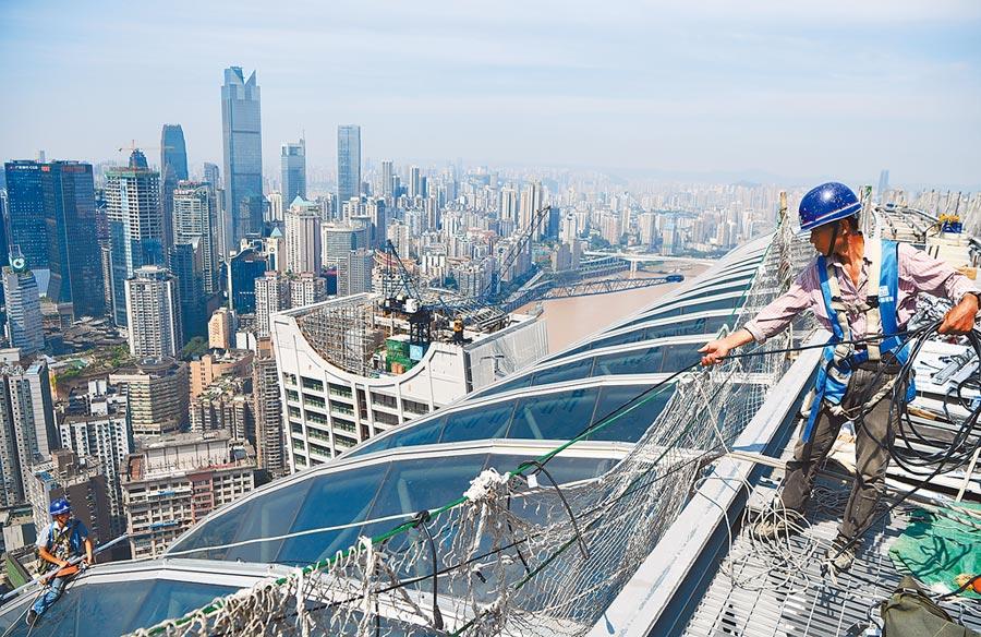 大陸城投發債量增加,基建工程陸續推出,圖為8月2日,工人在重慶來福士廣場「水晶廊橋」項目施工現場作業。(新華社)