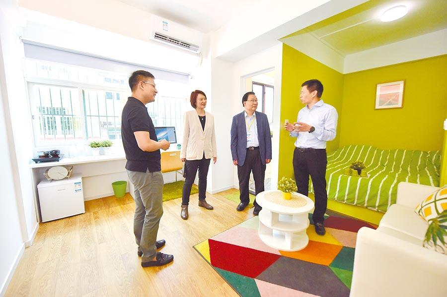 租客在深圳一處公寓內了解住宿環境。(中新社資料照片)