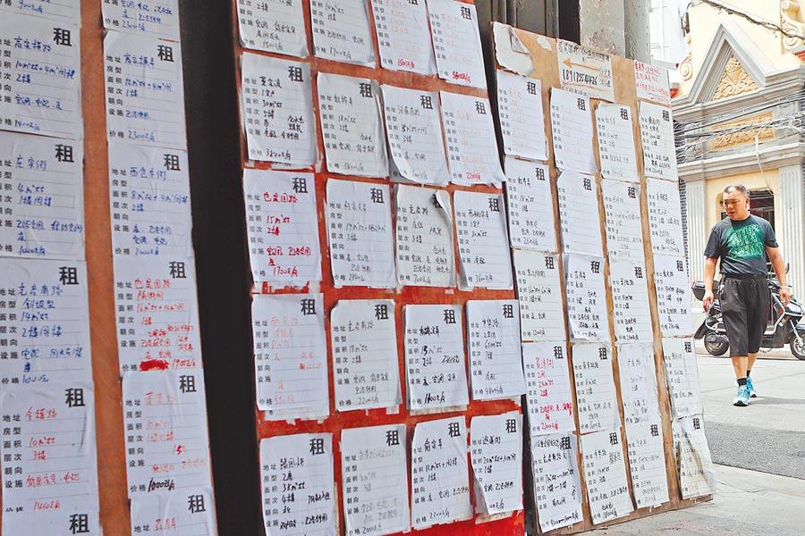上海某條路口處,張貼著各類房屋租賃資訊招攬租客。(中新社資料照片)