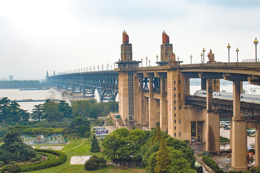 公鐵兩用的南京長江大橋。(中新社資料照片)