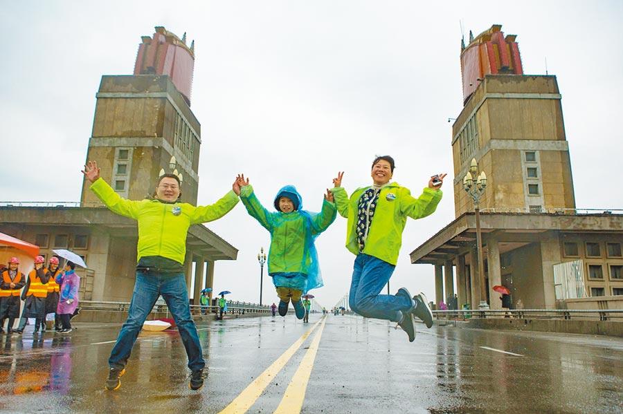 民眾在南京長江大橋上留影。(中新社資料照片)