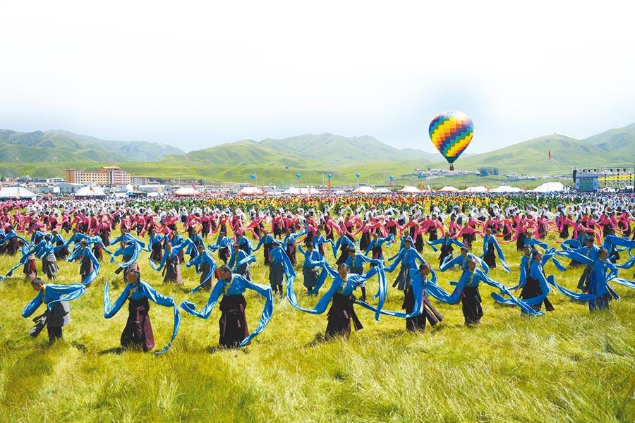 2019年7月25日,群眾在盛夏的草原上跳起鍋莊舞。(新華社)