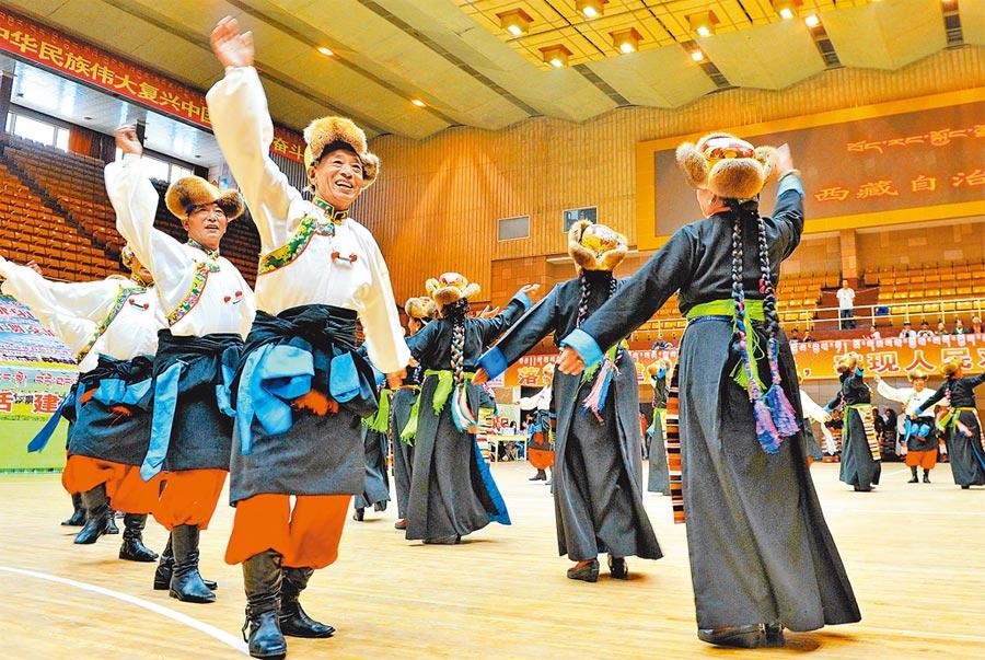 2017年8月7日,西藏舉行首屆健身鍋莊舞交流展示大賽。(新華社)