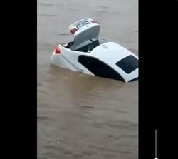 有錢就任性 男要Jaguar家人送BMW 他一怒把新車推下河