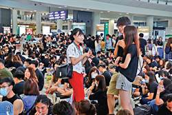 港媒:港警昨晚逮捕一名國泰女性空服員