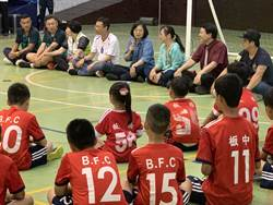 蔡英文與小小足球員互動 童言童語引歡笑