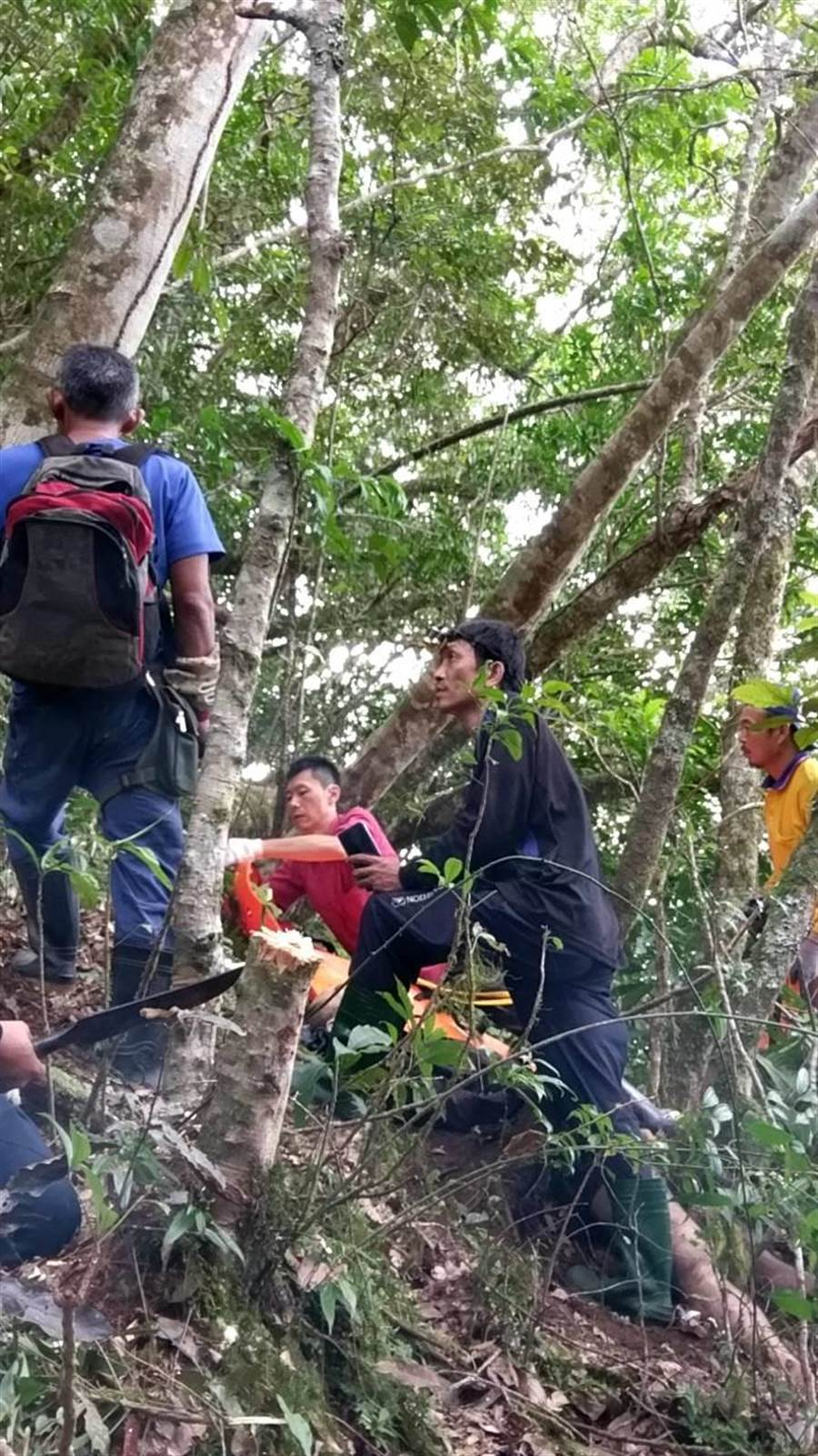 救難人員漏夜上山搜救。(楊漢聲翻攝)