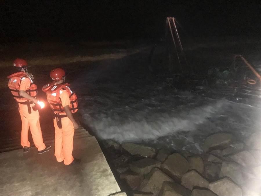 金門岸巡隊昨(10)日深夜在金湖鎮成功海堤發現1艘無動力工作平台。(岸巡提供)