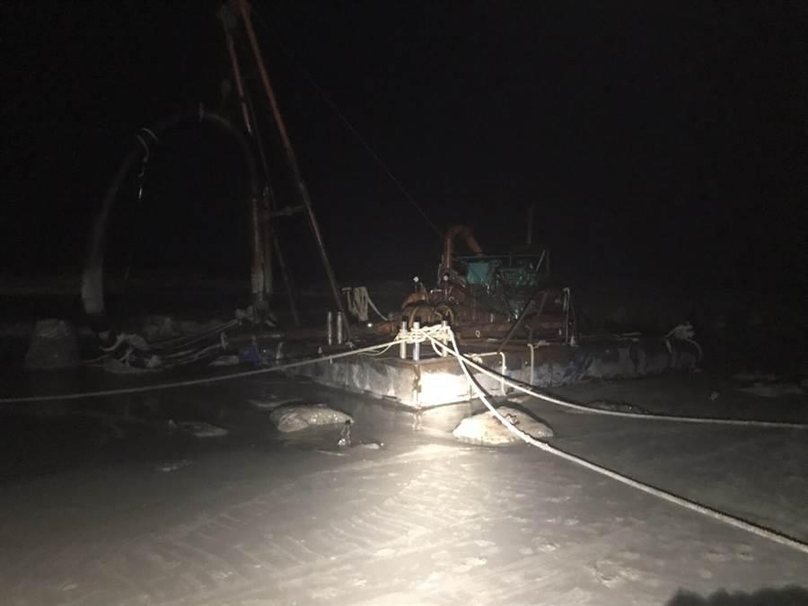 擱淺的海上工作平台,昨漏夜完成繫纜作業。(岸巡提供)