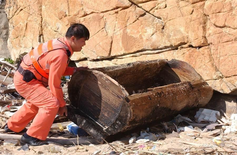 金門岸巡曾於颱風過後,在田埔撿到對岸漂來的棺材。(本報資料照片,李金生攝)