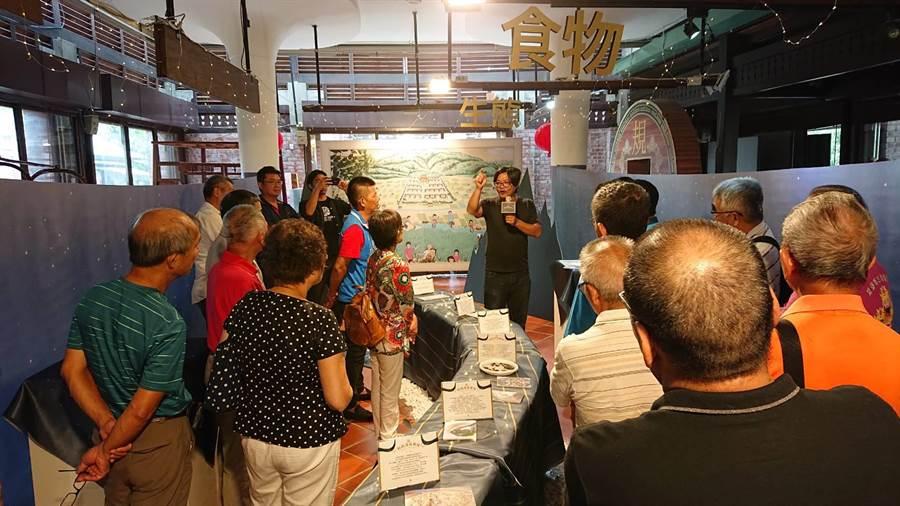 民眾參觀「齁齁滾龍神村」調查展,探究東勢客庄草根生活。(陳世宗翻攝)