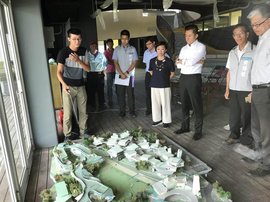 市長林智堅(中右)聽取關埔國小工程進度。(羅浚濱攝)