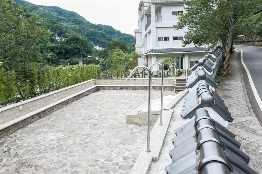 新竹縣環保局裁罰清泉溫泉會館勒令歇業,溫泉大眾池快成廢墟。(羅浚濱攝)