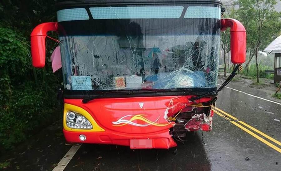 阿里山公路發生遊覽車與休旅車衝撞,遊覽車車頭毀損。(廖素慧翻攝)
