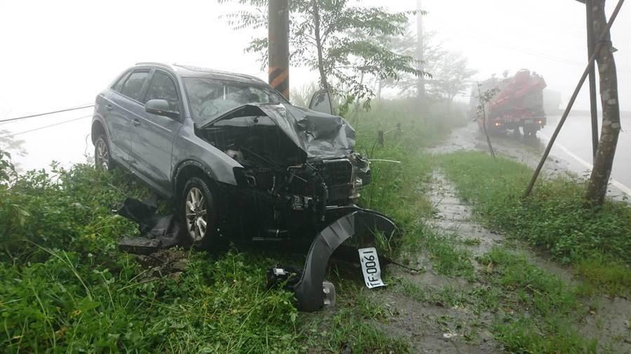 阿里山公路發生遊覽車與休旅車衝撞,休旅車嚴重扭曲變形。(廖素慧翻攝)