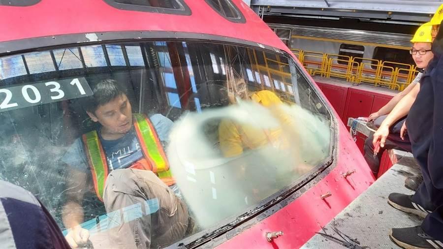 近兩個月來,普悠瑪列車出現前擋玻璃起霧狀況。(台鐵提供)