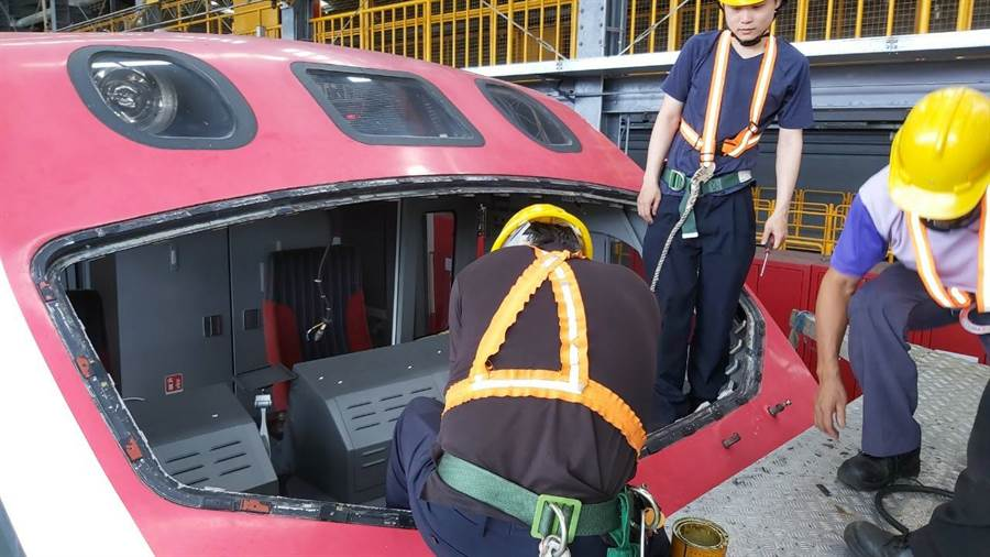 普悠瑪駕駛艙前擋玻璃出現浸水起霧狀況,目前已更換2列車玻璃。(台鐵提供)