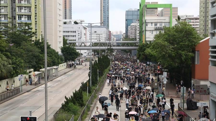 警方表示深水埗的示威者正參與「未經批准的集結」。(圖/翻攝自香港01)
