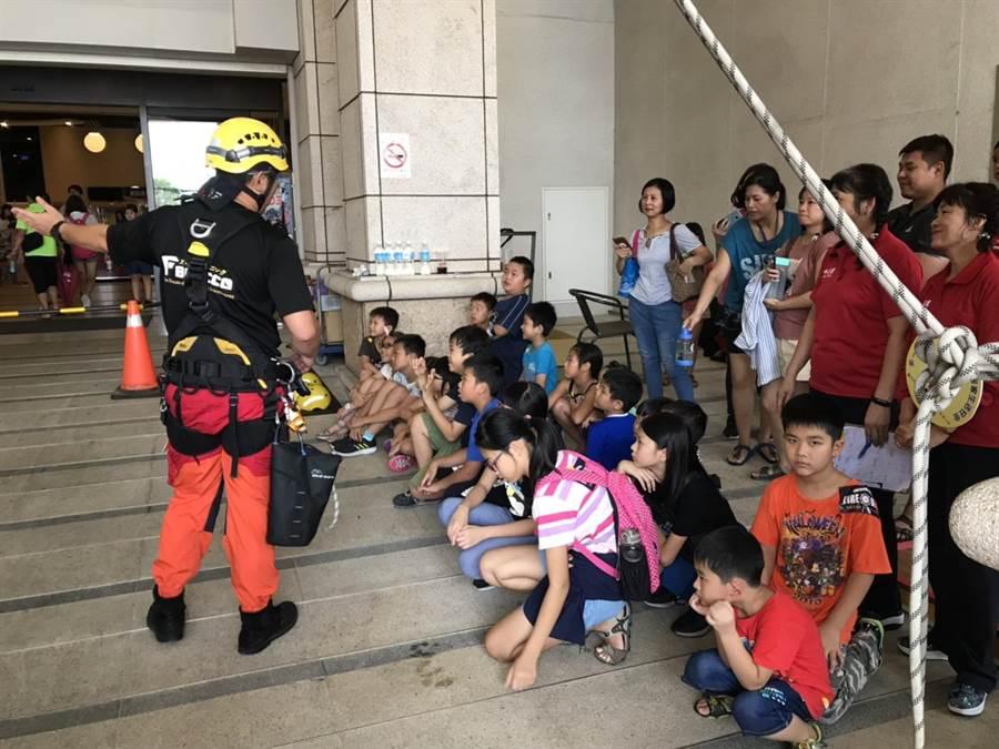 台中市消防局舉辦「一日小小消防員」暑期消防營隊活動,寓教於樂。(王文吉翻攝)