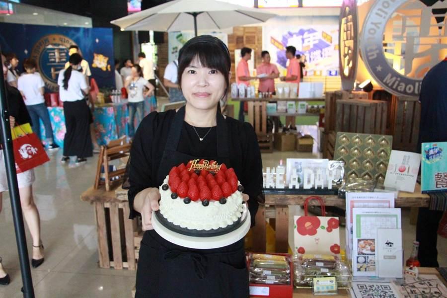 苗栗青年劉偉苓返鄉開設提供限量甜點與教學的烘焙店圓夢。(何冠嫻攝)