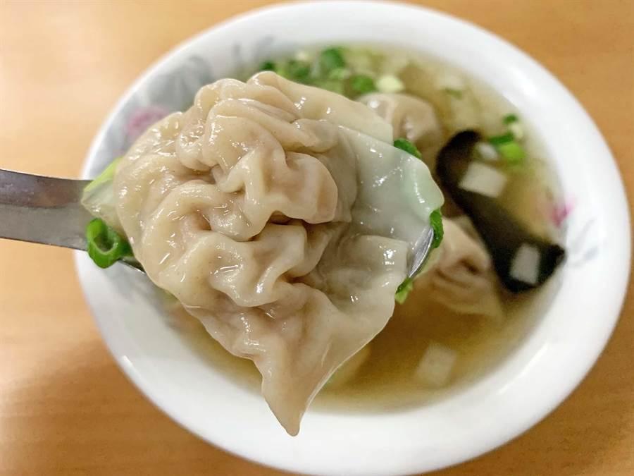 「知味村溫州大餛飩」飄香一甲子美味,是在地人相當熱愛的巷弄仔美食。(柯宗緯攝)