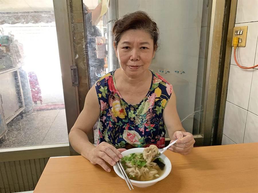 「知味村溫州大餛飩」第三代媳婦胡松珍表示,自家餛飩湯多年來「凍漲」,回饋給消費者。(柯宗緯攝)