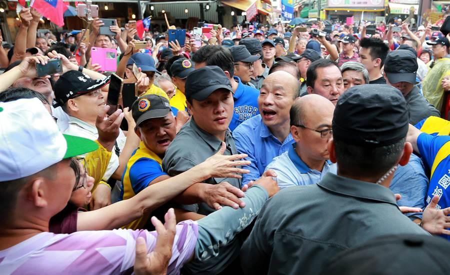 韓國瑜11日南投固樁之旅,上午來到竹山鎮紫南宮參拜,現場支持者擠爆。(黃國峰攝)