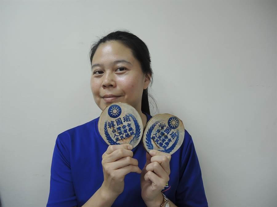 有韓粉自製樟木杯墊,上面蓋著韓國瑜、庶民總統等字樣。(邱立雅攝)