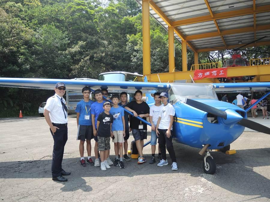 桃園市機師職業工會舉辦的「2019天狼星航空營」,11日帶營隊成員認識飛機並了解航空小知識。(邱立雅攝)