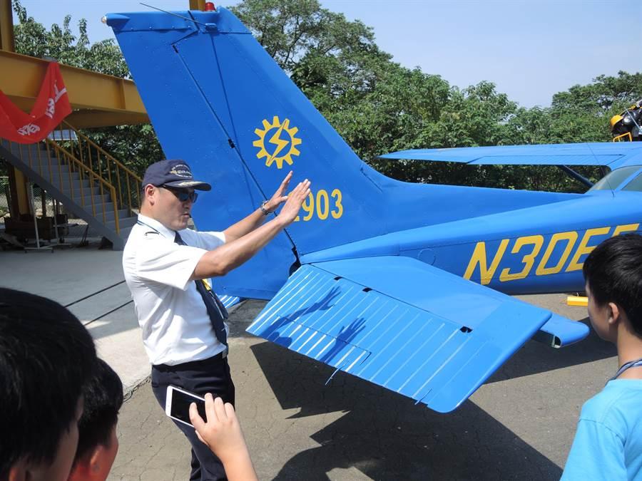 專業機師跟營隊小朋友講解飛機前進、轉彎、爬升等等的原理。(邱立雅攝)