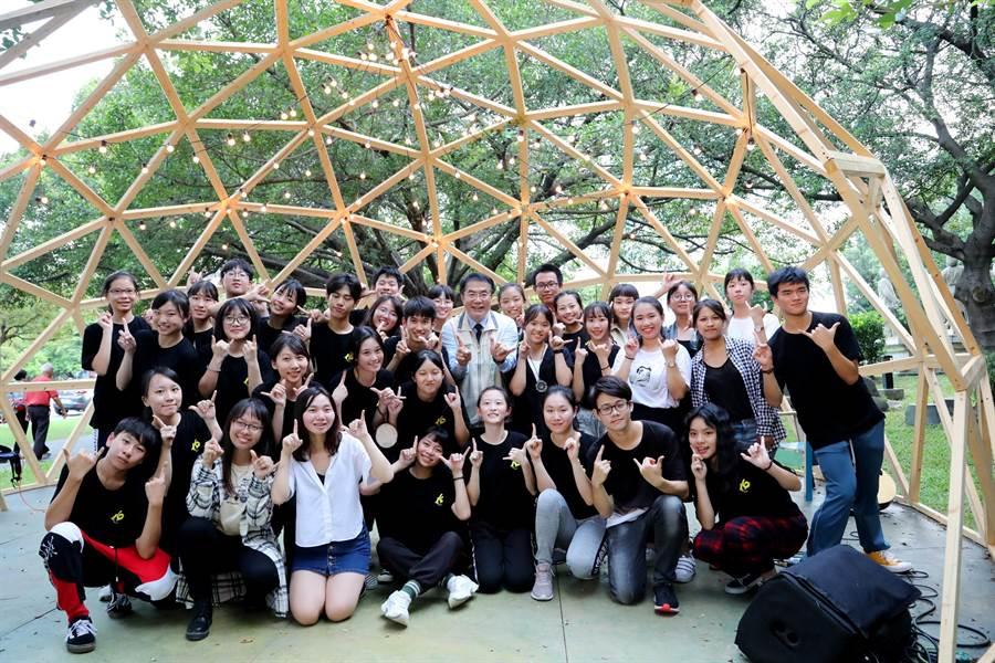 「16歲正青春藝術節」青春奔放登場中,台南市長黃偉哲今天也特別到場為參與的青少年打氣。(台南市政府提供)