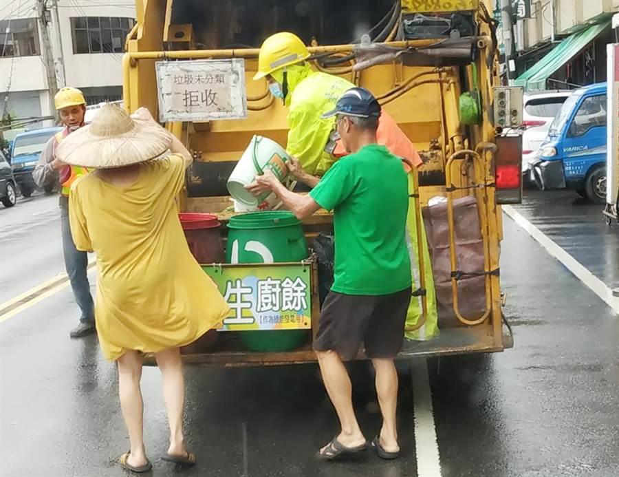 放寬垃圾車附載站立人員惹議 交部環署急滅火。(中時資料照 陳世宗翻攝)