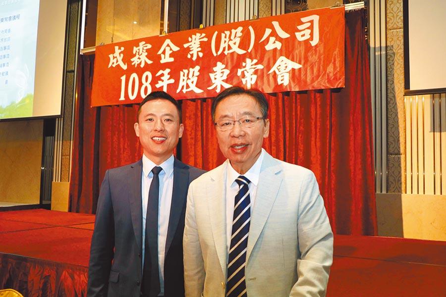 成霖企業董事長歐陽明(右)與擔任董事的兒子歐陽玄(左)合影留念。圖/本報資料照片