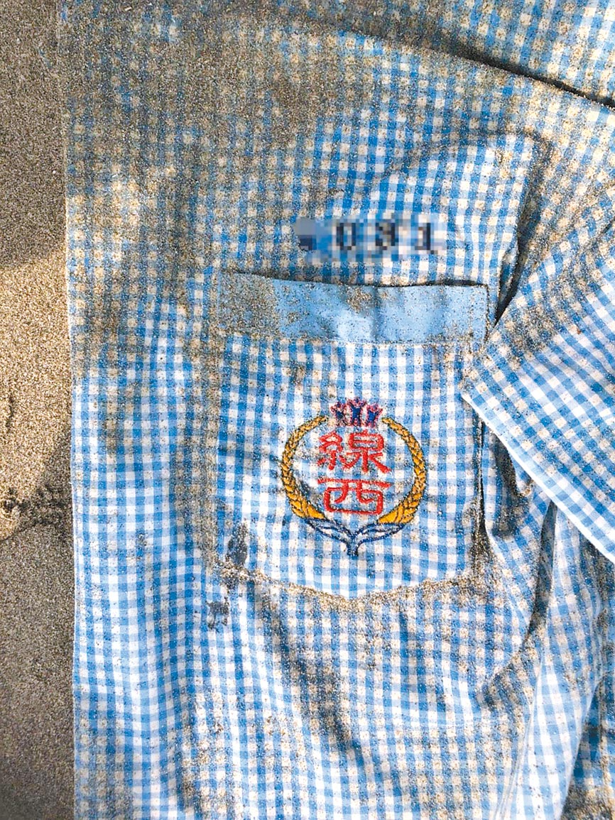 男子陳屍後龍外埔沙灘,身上無身分證件,僅有1件「線西」字樣制服成為尋人線索。(何冠嫻翻攝)