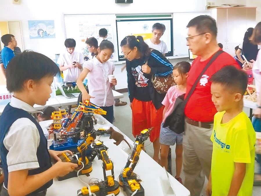 台南市教育局試辦「創造力資優教育方案」,10日在善化國小舉行成果發表。(莊曜聰攝)