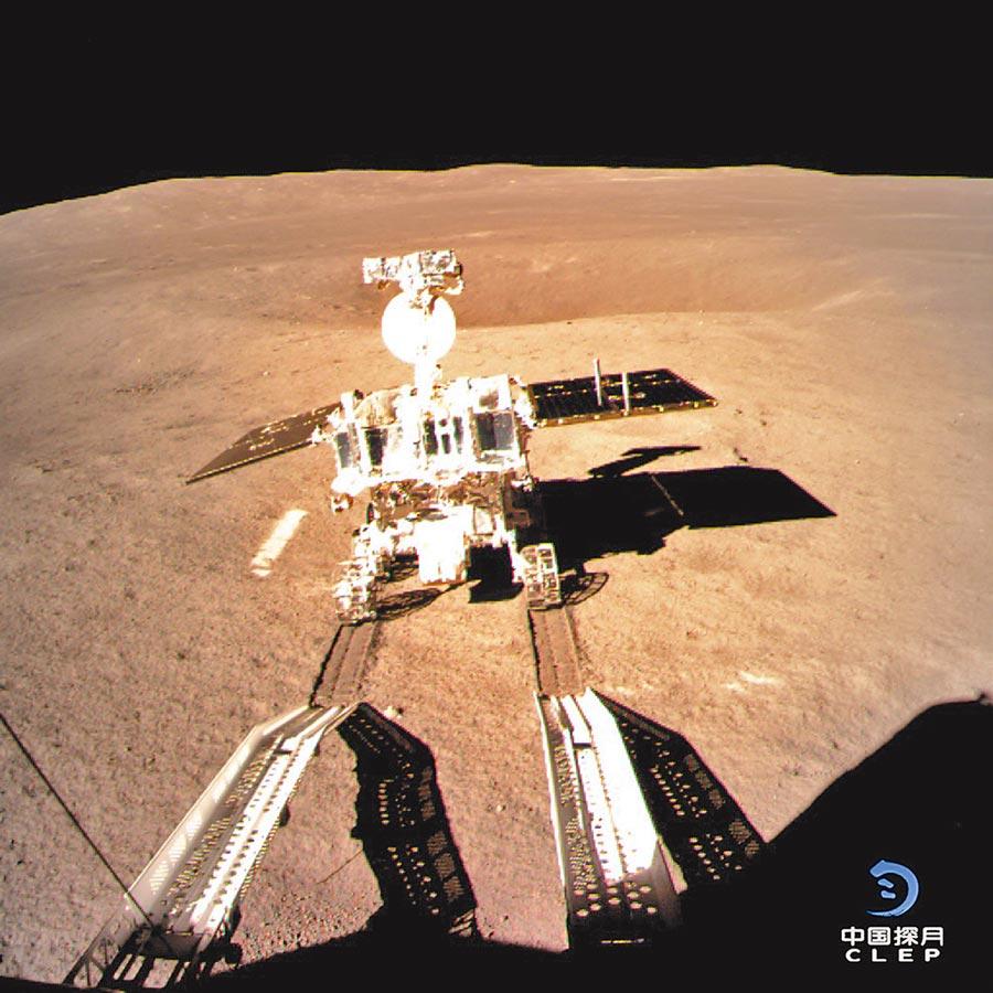 1月12日,嫦娥四號著陸器監視相機拍攝了玉兔二號巡視器走上月面影像圖。(新華社,大陸國家航天局供圖)