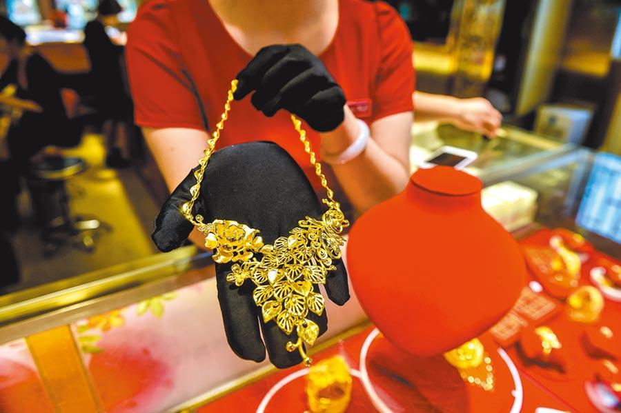 國際金價大漲,吸引北上資金重金買入黃金股。圖為深圳百泰集團一家門市展示的金飾。(新華社資料照片)