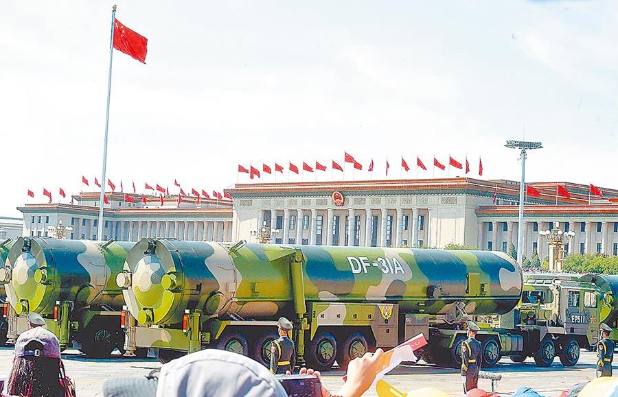 2015年9月3日,大陸紀念抗戰勝利70周年閱兵,東風-31A飛彈方隊接受檢閱。(中新社)