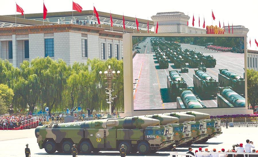 東風-21D飛彈方隊。(新華社資料照片)