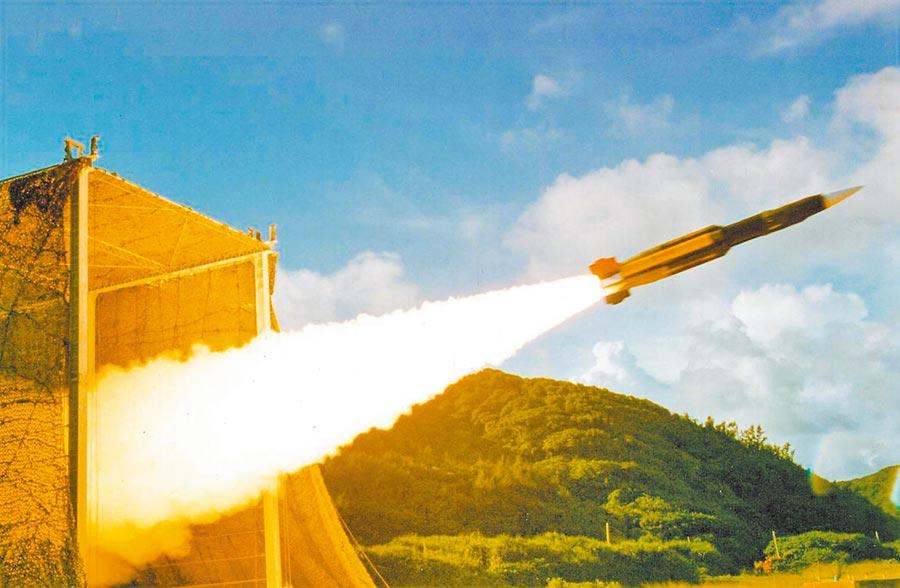 雲峰飛彈跟雄三飛彈,都是使用衝壓噴射發動機。圖為雄三飛彈發射。(取自中科院網站)