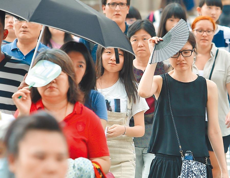 穿長衣長袖外出、塗抹防曬乳、攜帶遮陽傘,能在一定的程度上抵禦紫外線對皮膚所造成的傷害。(本報系資料照片)