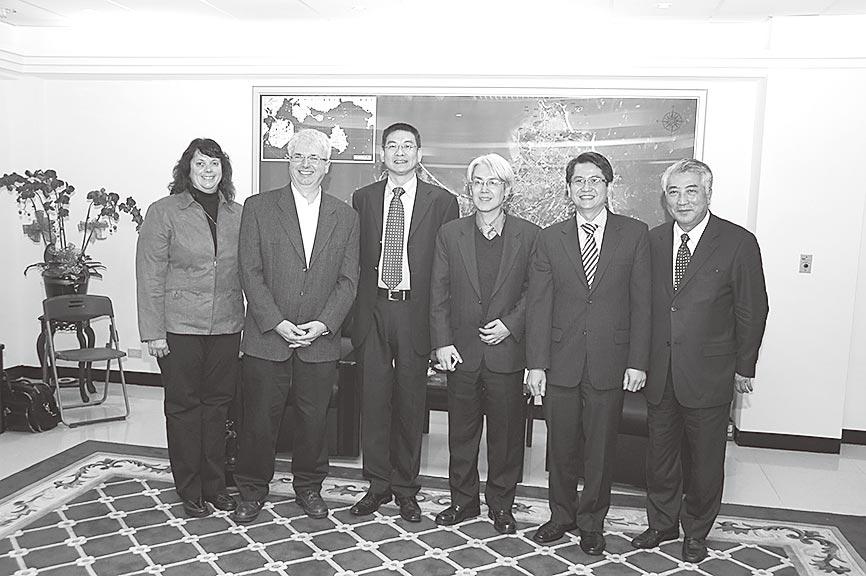 與加拿大代表傅雷澤(左二)、新加坡代表羅家良(右二)等貴賓合影。(遠景出版社提供)
