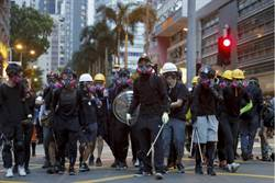 荃灣白衫軍街頭追打黑衣女 殺聲震天打到頻喊救命