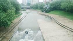 豪雨襲中市 綠柳川紅色警戒 封閉部分臨水步道