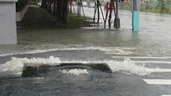 中市豪雨南屯道路積水 車輛傳泡湯