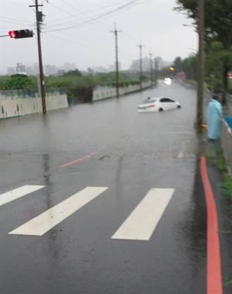 中市南屯道路積水 車輛傳泡湯