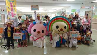 人氣玩偶造訪醫院 OPEN將與小桃逗樂病童