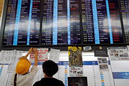 香港抗議群眾持續癱瘓機場 航班受阻 - 時事頻道
