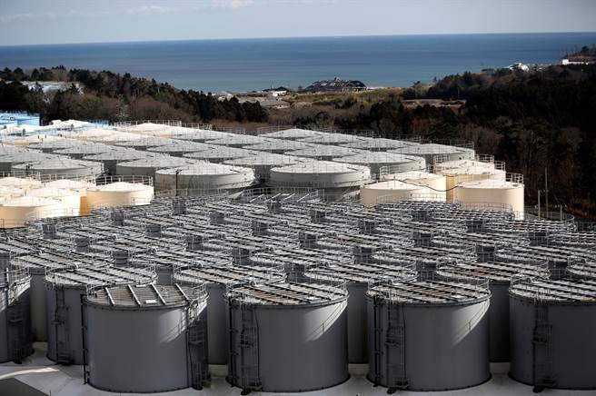 2011年福島核災之後,為了貯存輻射水,製作了大量的水櫃,已快沒地方放。(圖/美聯社)