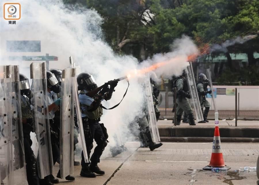 香港反送中遊行 警方施放催淚彈趕人。(圖/翻攝自 東網)
